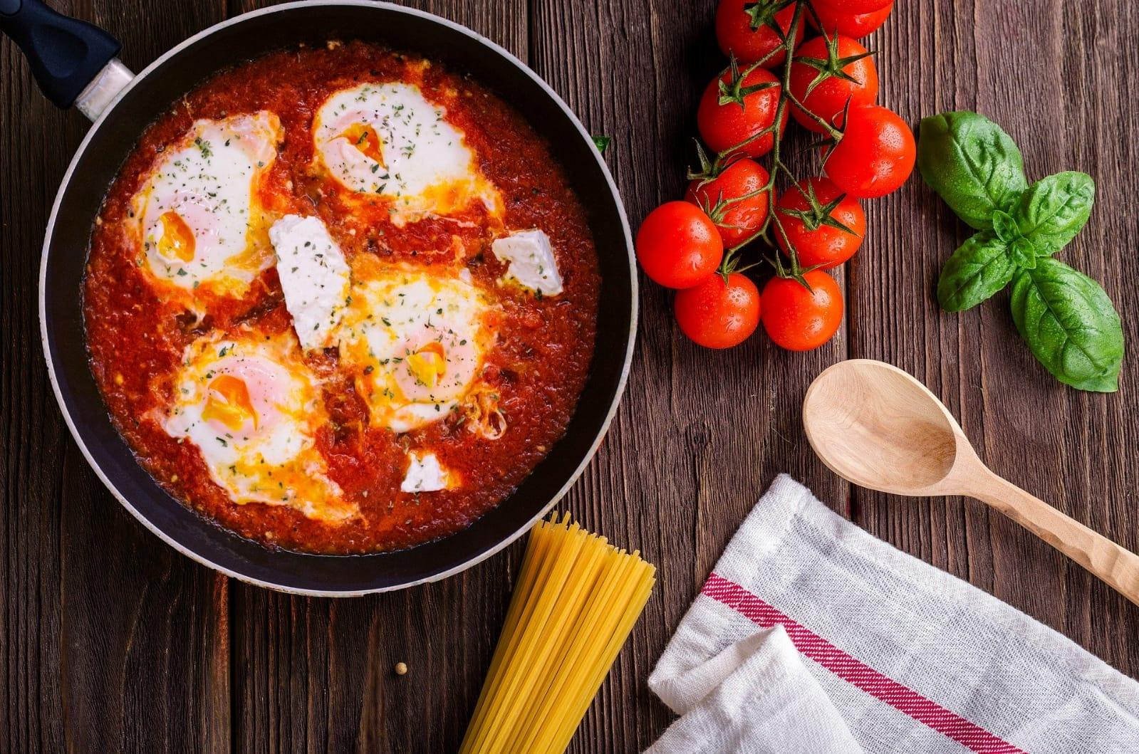 Ouă cu sos de roşii